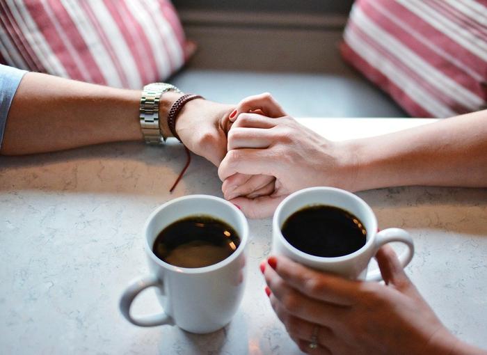 遊び?本命?誰とでも手を繋ぐ男性の特徴と心理とは…