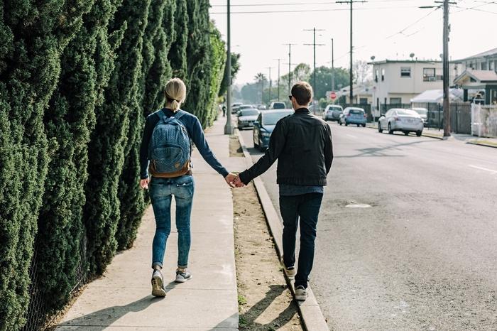 付き合う前に手を繋ぐ男性心理!脈ありって本当?