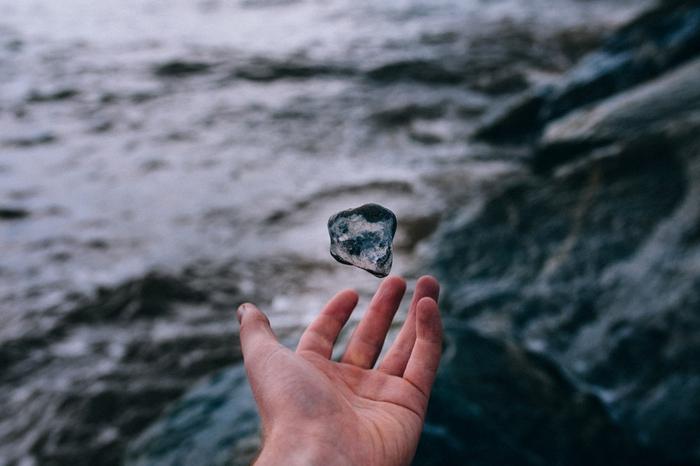 石を投げる夢を見た!石の夢占いの意味