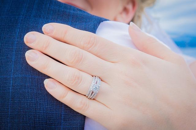 結婚は早いほうか遅いほうどちらがいいの?本当に幸せになれる時期
