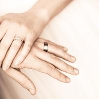 男女によって結婚に対する考え方が違う?利点と欠点とは